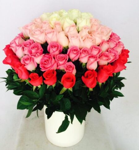 arreglo floral con 100 rosas
