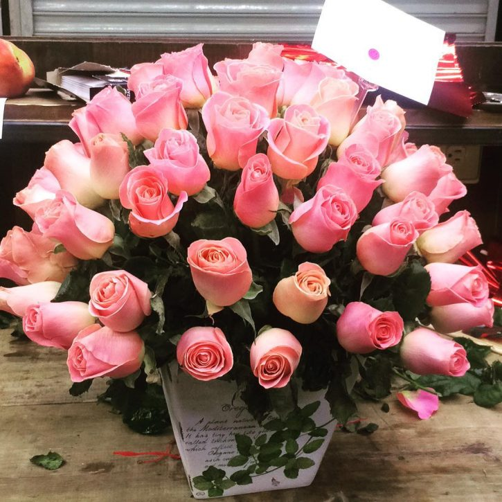 75 Rosas Rosa en Arreglo Floral