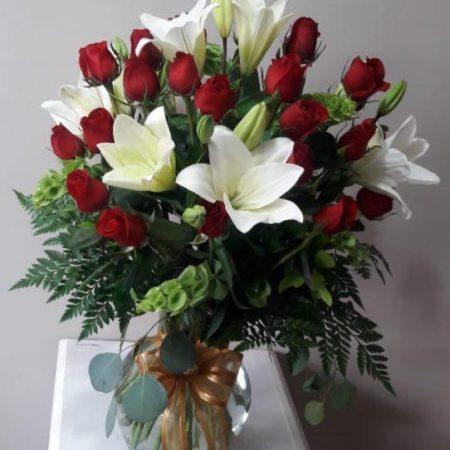 Arreglo Floral con 24 Rosas y Lilis