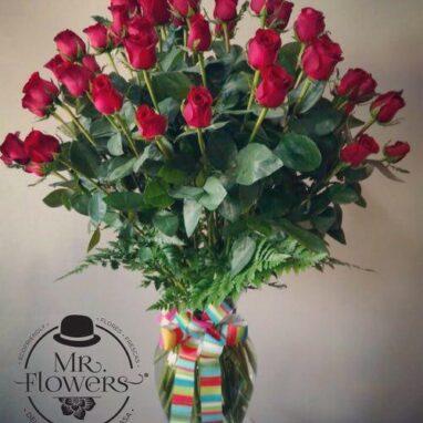 Arreglo de 50 Rosas Rojas en Jarrón