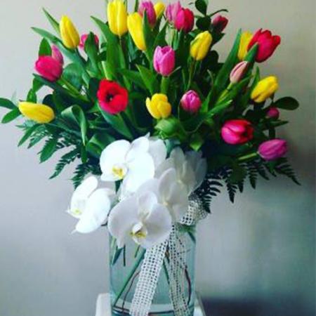 arreglo-floral-con-tulipanes-y-orquideas