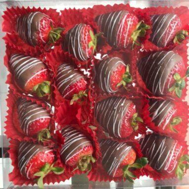 caja con fresas cubiertas