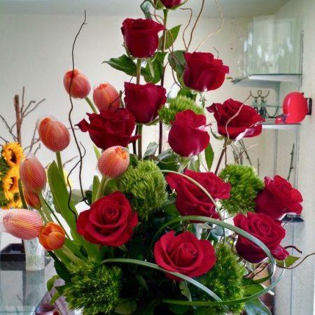 Arreglo floral con 12 rosas y 10 tulipanes