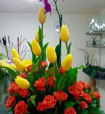 Arreglos floral primaveral con mini rosa, orquidea y tulipanes