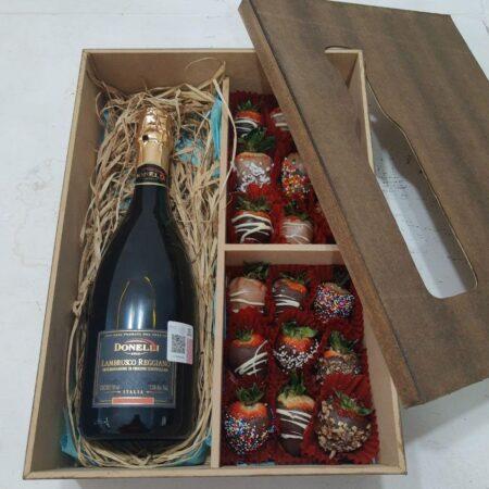 Caja con fresas con chocolate y vino espumoso