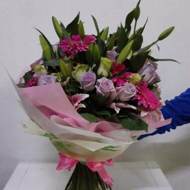Ramo de Rosas, lili y gerberas con moño