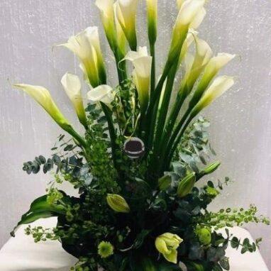 arreglo floral con 20 alcatraces y lilis